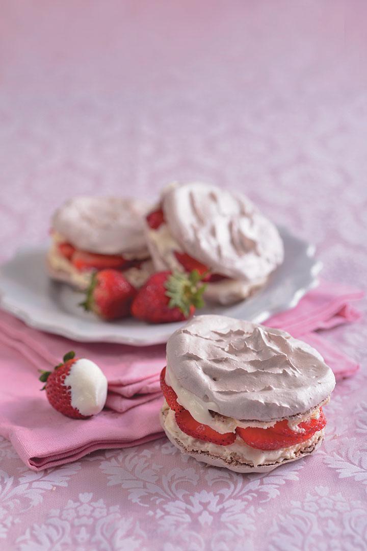 Strawberries and cream meringue sandwiches recipe