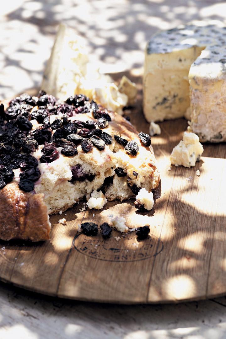 Sweet grape and raisin bread with Gorgonzola recipe
