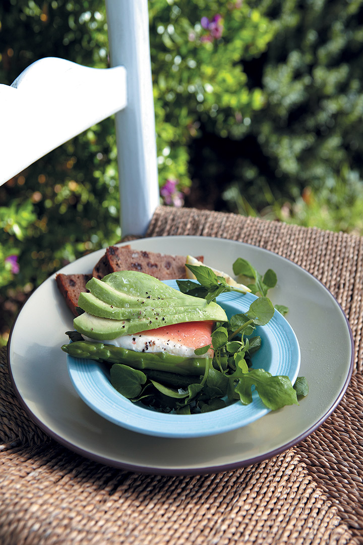 Avocado with smoked salmon, cream cheese and asparagus recipe