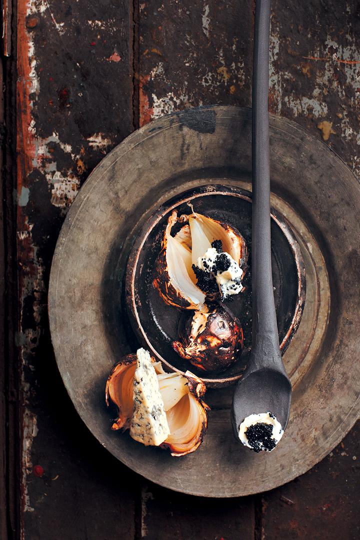 Charred onion with blue cheese, crème fraîche and caviar recipe
