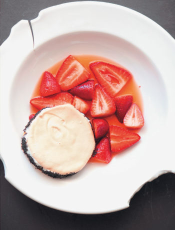 Macerated strawberries with meringue sandwiches recipe