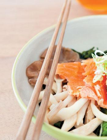 Seaweed salad with mushrooms and seared salmon