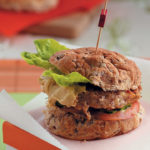 Bean burgers with hummus and cucumber